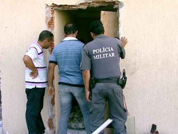 Polícia Militar ajudou em operação. (Foto: Reprodução/TV Gazeta)