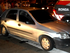 Veículo Celta de cor prata usado pelos suspeitos foi apreendido (Foto: Polícia Militar/ Divulgação)