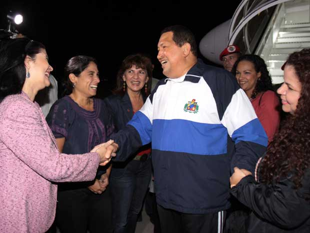 Hugo Chávez, ao desembarcar na Venezuela. (Foto: Presidência da Venezuela / AFP Photo)
