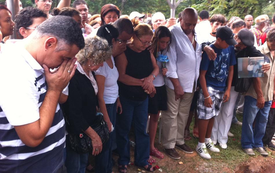 Família de Dicró se despede do sambista (Foto: G1)
