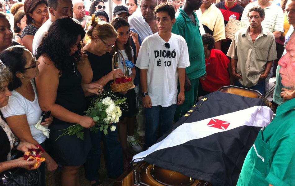 Corpo de Dicró é enterrado (Foto: G1)