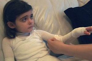 Ciara Paczensky recebe os cuidados dos pais (Foto: BBC)