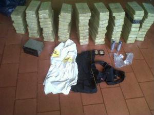 Cocaína estava escondida em um fundo falso de uma caminhonete (Foto: Divulgação / PF)