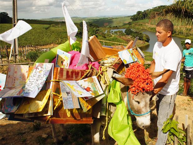 Biblioteca-jumento disponibiliza livros para comunidades ruarais da Mata Sul de Pernambuco. (Foto: Luciano Campêlo / Divulgação)