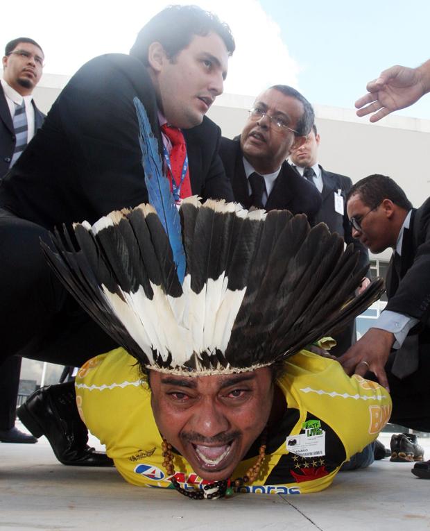 Araju Sepete Guarani foi retirado à força pelos seguranças do Supremo Tribunal Federal na tarde desta quinta-feira (26), ao protestar pelo direito de cotas para indígenas em universidades, em julgamento pela Corte.  (Foto: Andre Dusek/Agência Estado)