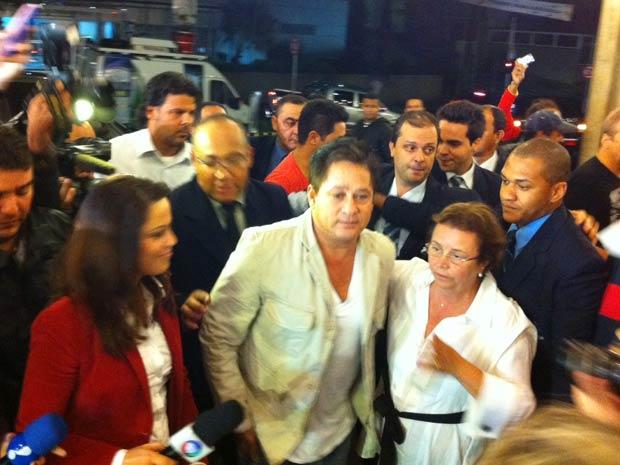 Cantor chega para visitar filho em hospital de São Paulo (Foto: Marcelo Mora/G1)