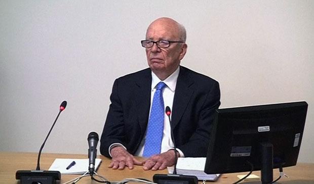 O magnata da mídia Rupert Murdoch depõe nesta qinta-feira (26) em Londres (Foto: AP)