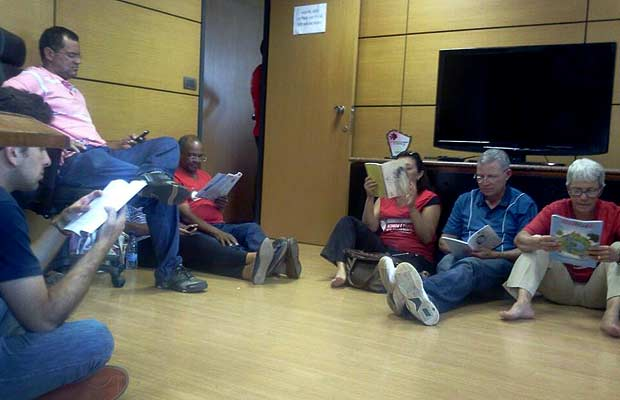 Professores em sala da Secretaria de Administração do DF nesta quinta-feira (26) (Foto: Divulgação)