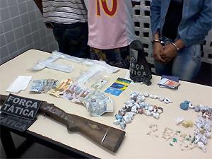 Suspeitos de tráfico e produtos apreendidos foram levados para a Central de Polícia (Foto: Divulgação/2ºBPM)