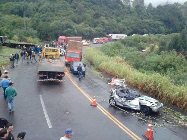 Acidente com caminhão, carros de imprensa e polícia causou duas mortes na ERS-122 (Foto: Ricardo Wolffenbüttel/Agência RBS)