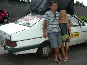 Fatinha trabalha com o marido em um Corcel 78 fazendo divulgações na cidade em que mora (Foto: Fatinha Marques/ Arquivo Pessoal)