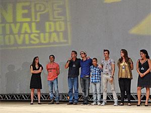 """Breno Silveira sobe ao palco com elenco do longa """"À Beira do Caminho"""" (Foto: Lorena Tabosa/Globo Nordeste)"""