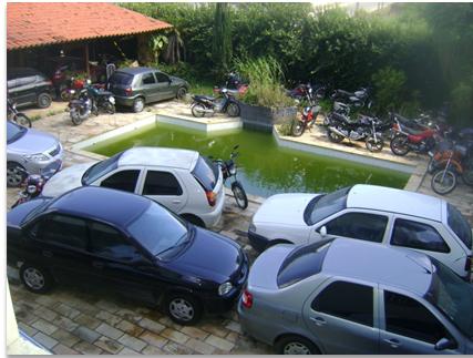 Piscina suja e carros apreendidos na Delegacia de Caruaru (Foto: Divulgação/Sinpol)
