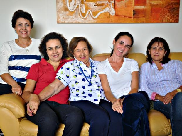 Dona Odete Muzzi, de 83 anos, com as mulheres de várias gerações da família (Foto: Tatiane Queiroz/ G1 MS)