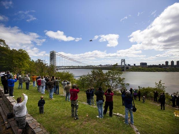 Às margens do rio Hudson, moradores de Nova York tentam registrar a passagem da Enterprise (Foto: Michael Nagle/Getty Images North America/AFP)