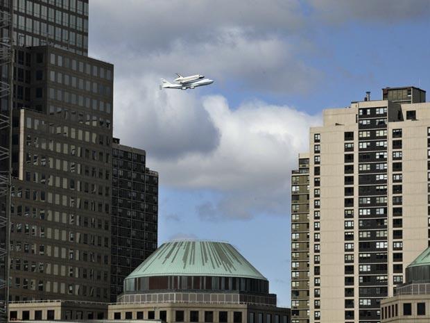 Enterprise vista por entre os prédios de Nova York (Foto: Reuters/Eduardo Munoz)