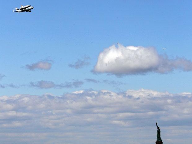 Acoplada a um avião, Enterprise sobrevoa a Estátua da Liberdade (Foto: Michael Heiman/Getty Images North America/AFP)