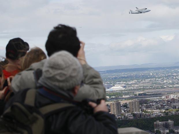 Sob a atenção dos moradores de Nova York e Nova Jersey, Enterprise viajou para seu destino final (Foto: Reuters/Shannon Stapleton)