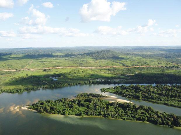 Imagem de agosto de 2011 mostra área onde seria implantado o sítio Belo Monte. Área margeia a BR-230 (Transamazônica) e o Rio Xingu. Segundo a Norte Energia, região já estava desmatada. (Foto: Divulgação/CCBM)