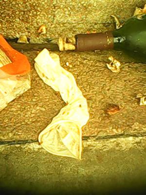 Luva encontrada no lixo de hospital em João Pessoa (Foto: Walter Paparazzo/G1)