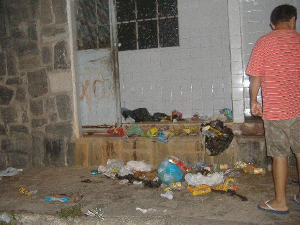 Lixo de hospital espalhado na calçada de Cruz das Armas, em João Pessoa (Foto: Glauco Sales/VC no G1)