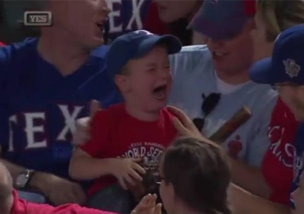 Menino chorou após torcedores o impedirem de pegar bola lançada por jogador. (Foto: Reprodução)