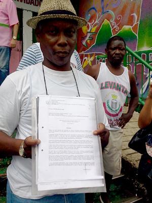 Marcos de Oliveira Santos mostra a liminar da Justiça (Foto: Lilian Quaino / G1)