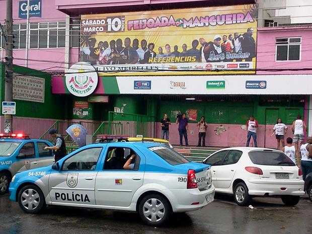 Quadra da Mangueira amanheceu fechada neste sábado (28) (Foto: Lilian Quaino / G1)