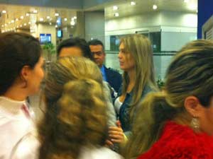 A mulher de Pedro Leonardo, Thaís Gebelein, deixa o hospital Sírio-Libanês (Foto: Letícia Macedo/G1)