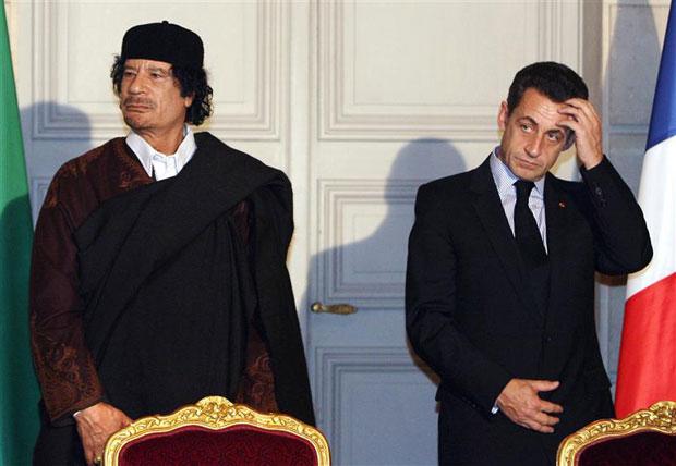 Kadhafi (esq.) e Sarkozy deixam sala após assinatura de contratos comerciais, em imagem de dezembro de 2007 (Foto: Patrick Hertzog/Reuters)