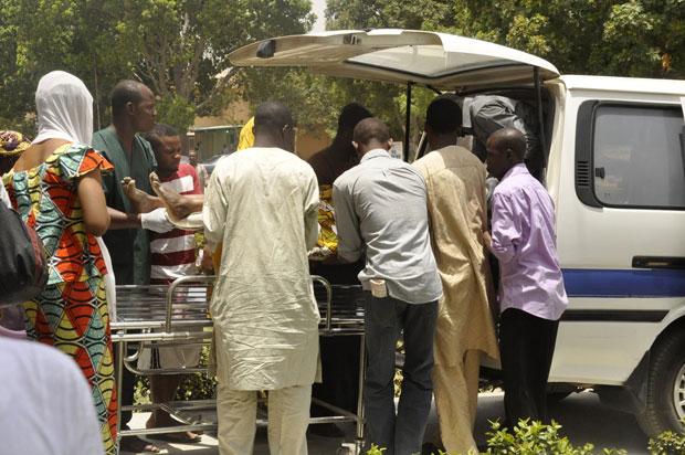 Vítima é retirada de uma ambulância para receber atendimento em um hospital de Kano (Foto: Reuters/Stringer)