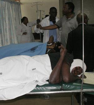 Mulher ferida no atentado descansa em hospital de Nairóbi (Foto: Sayyid Azim/AP)