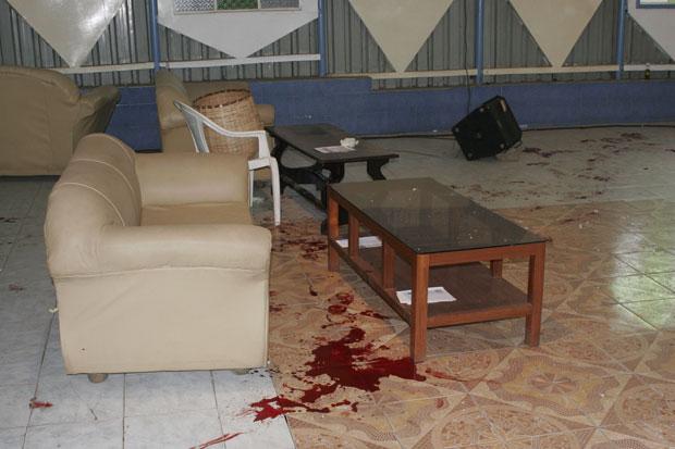 Sangue é visto no chão da igreja cristã alvo do ataque (Foto: Sayyid Azim/AP)