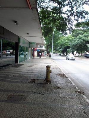 Calçada na W3 tem piso irregular, diz estudos (Foto: Caroline Aguiar / Divulgação)