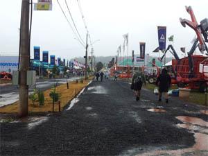 Agrishow começa embaixo de chuva em Ribeirão Preto, SP (Foto: Leandro Mata/G1)