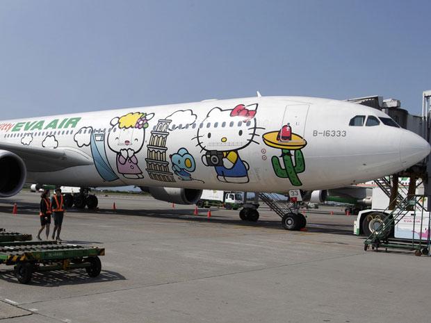 Airbus A330-300 da companhia aérea taiwanesa Eva Airlines decorado com desenhos da Hello Kitty é fotografado nesta segunda-feira (30) no aeroporto internacional de Taoyuan no Taiwan. A Eva Airlines e a empresa japonesa Sanrio, detentora da marca da Hello Kitty, criaram a segunda geração de aviões decorados com desenhos da personagem, lançado em outubro de 2011. Há atualmente três Airbus A330-300 da Hello Kitty voando entre cidades como Taipei, Fukuoka, Narita, Sapporo, Incheon, Hong Kong e Guam (Foto: Reuters)