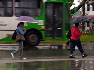 Pedestres em rua de Campinas (Foto: Reprodução EPTV)