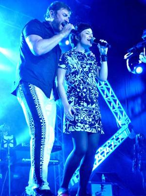 Fernanda Takai canta com Simon Le Bon, do Duran Duran, em show em Brasília (Foto: Divulgação)