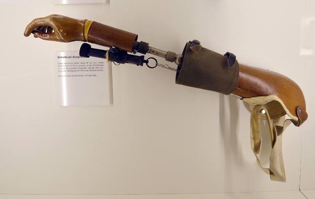 Prótese de braço vem com uma arma acoplada. (Foto: Martin Meissner/AP)