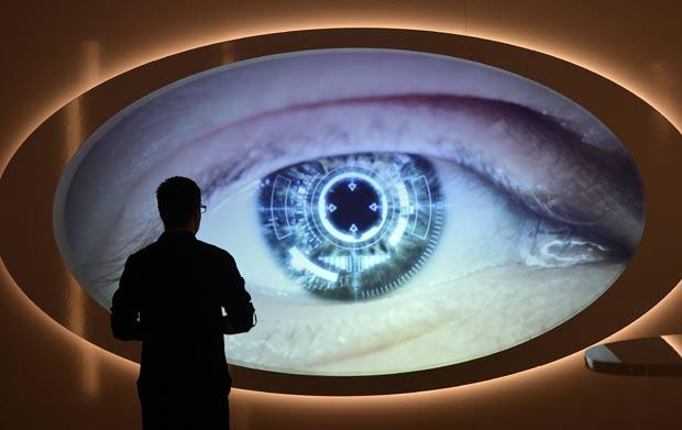 Visitante observa uma tela que mostra um olho digitalizado no museu de Oberhausen. (Foto: Martin Meissner/AP)