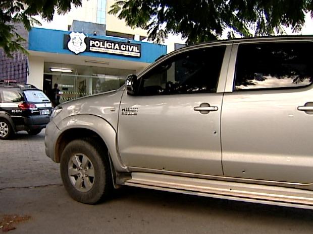 Caminhonete foi atingida por cinco disparos durante perseguição policial. (Foto: Reprodução/TV Gazeta)