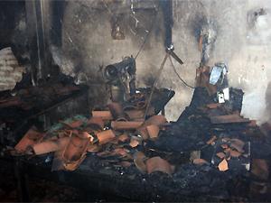 Casa onde funcionava pequena fábrica de calçados ficou parcialmente destruída (Foto: Divulgação/Corpo de Bombeiros)
