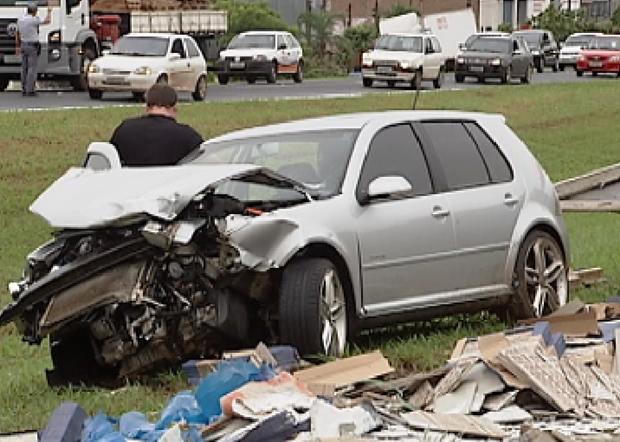 Carro vinha atrás e bateu contra caminhão (Foto: Reprodução / TV Tem)