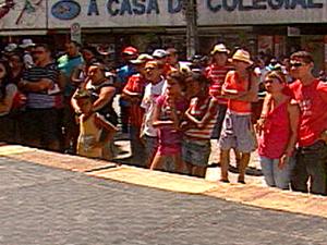 Tablado montado em praça era coberto por borracha e não tinha estrutura para aparar luz do sol (Foto: Reprodução/TV Paraíba)