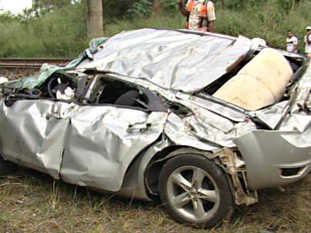 Carro ficou destruído após cair de ponte em João Neiva. (Foto: Reprodução/TV Gazeta)