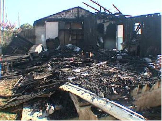 Casa ficou totalmente destruída (Foto: Reprodução / RPC TV)