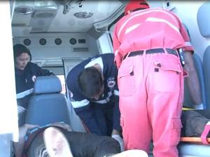 Passageiro é socorrido pela equipe de resgate (Foto: Reprodução/cinegrafista amador)