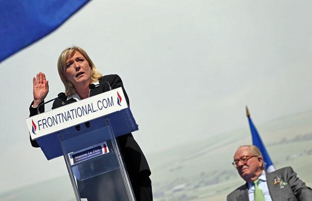 Marine Le Pen discursa em Paris, à frente de seu pai, Jean-Marie Le Pen, nesta terça-feira (1º) (Foto: AFP)