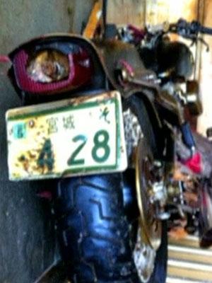Container abandonado que abrigava a moto também guardava tacos de golfe (Foto: BBC)