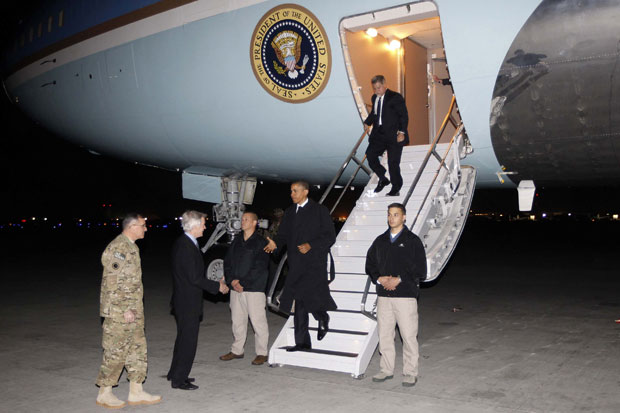 Obama desembarca do Air Force One na base aérea de Bagram, no Afeganistão (Foto: Charles Dharapak/AP)